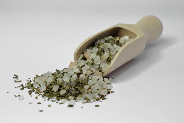 Kristallsalz mit Krauseminze