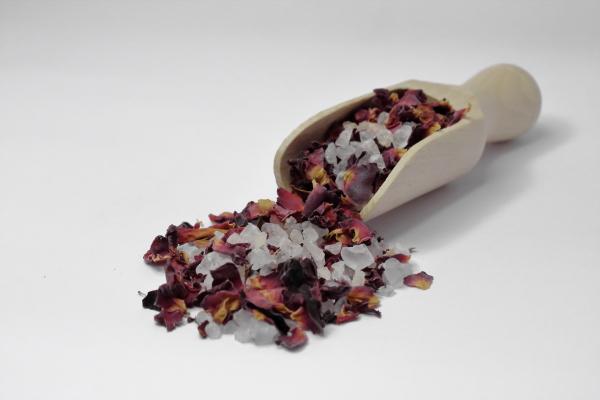 Kristallsalz mit Rosenblüten